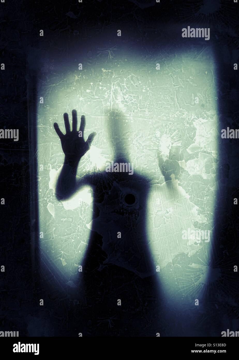 Gruselige Person am Fenster. Stockbild