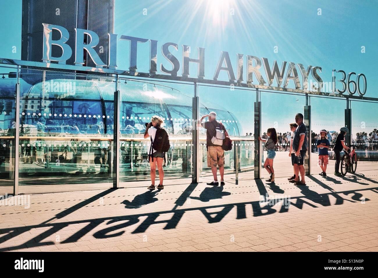 Zuschauer beim British Airways i360 Viewing Turm an der Brighton Seafront Sussex England UK Stockbild