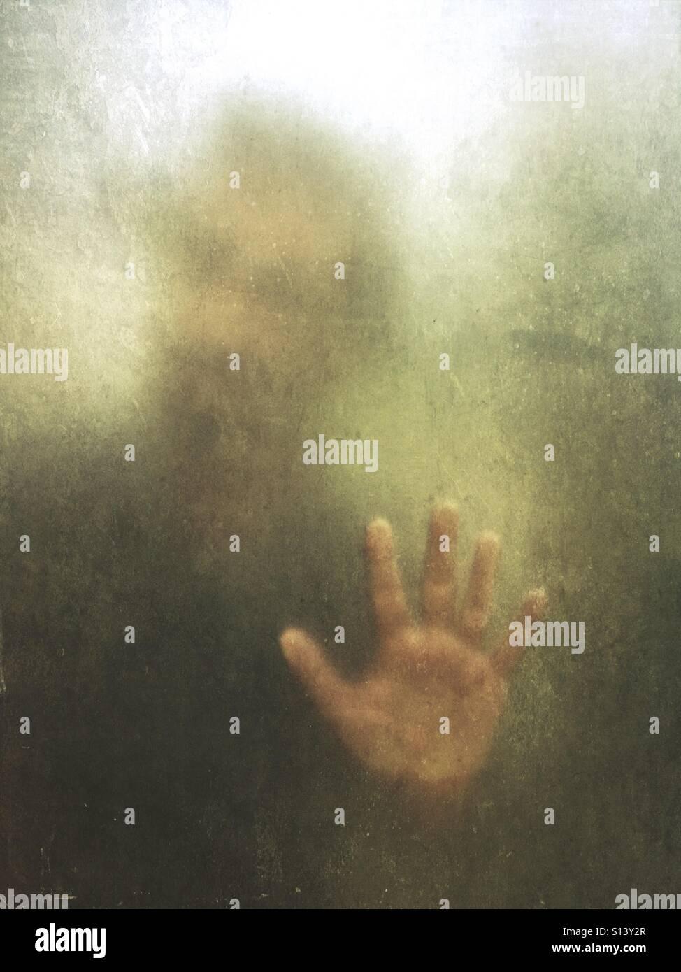 Geheimnisvoller Mann hinter Glas Stockbild