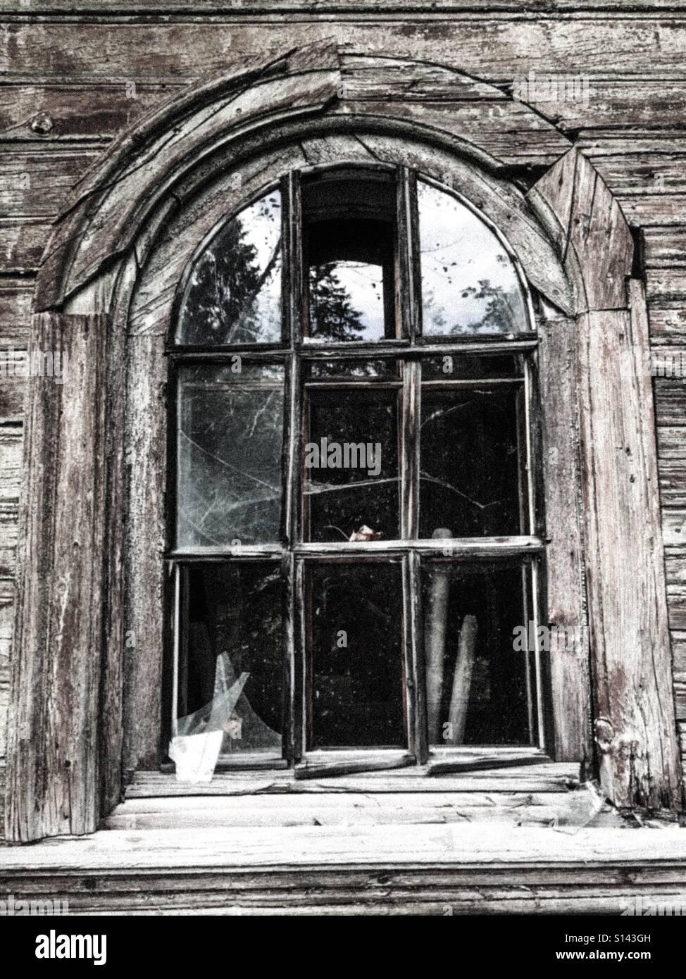 Das alte Fenster mit zerbrochenem Glas und Holzrahmen Stockfoto ...
