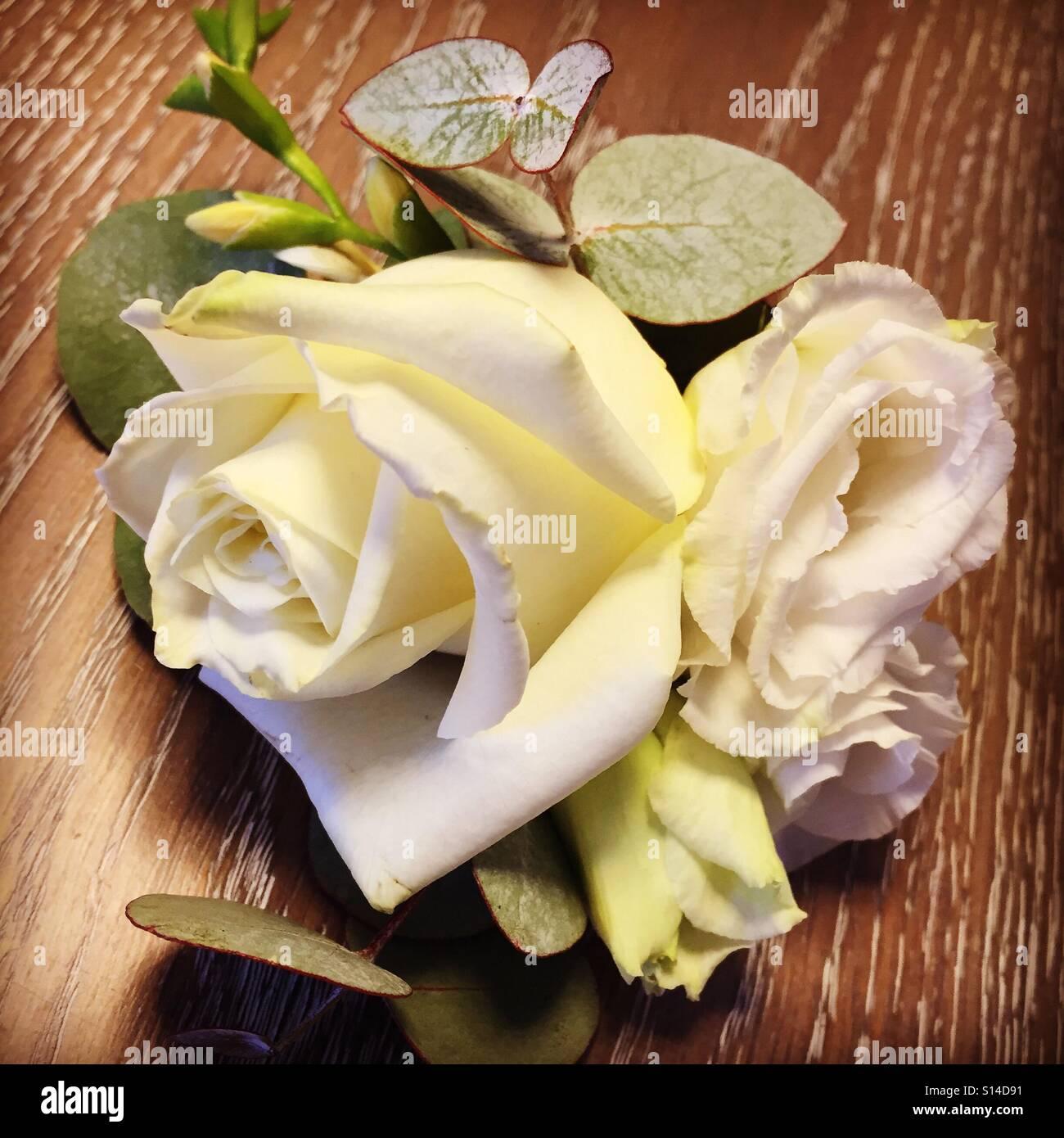 Weisse Bluten In Einem Damen Corsage Hochzeit Stockfoto Bild