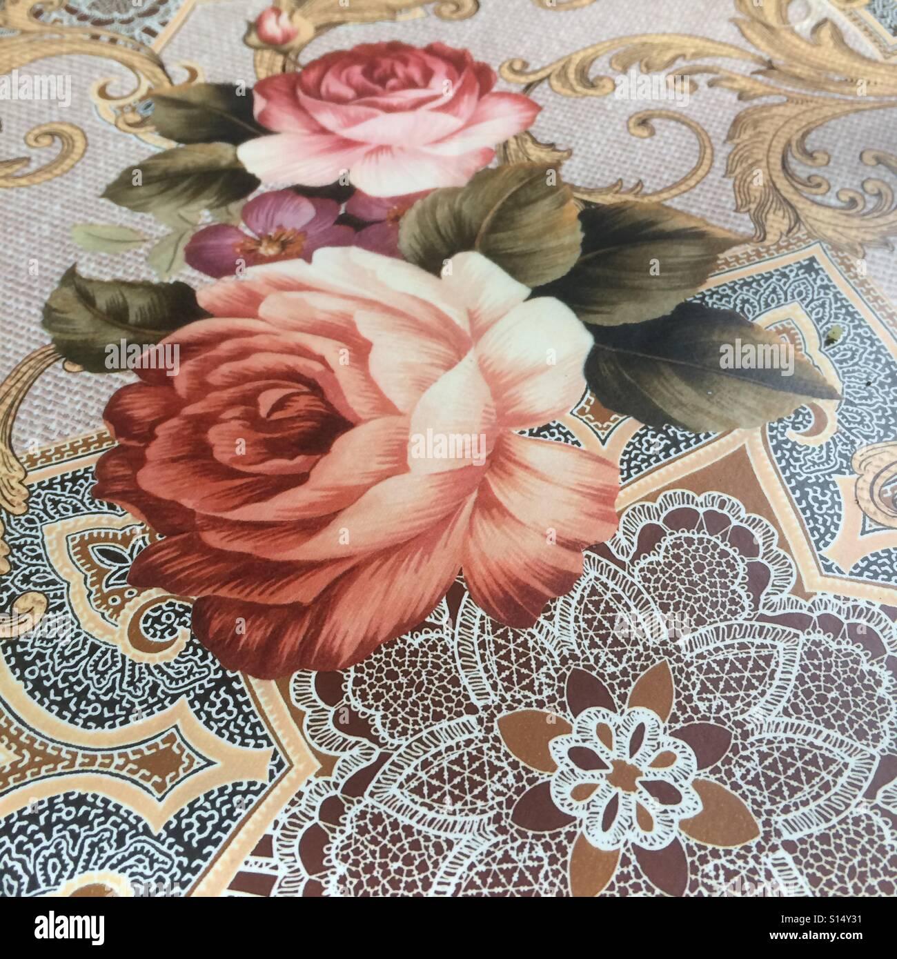 Eine Tischdecke mit Rosen Stockbild
