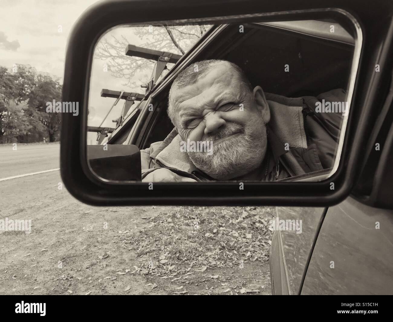 Lustige Porträt von senior machen Gesichter im Spiegel der eigenen ...