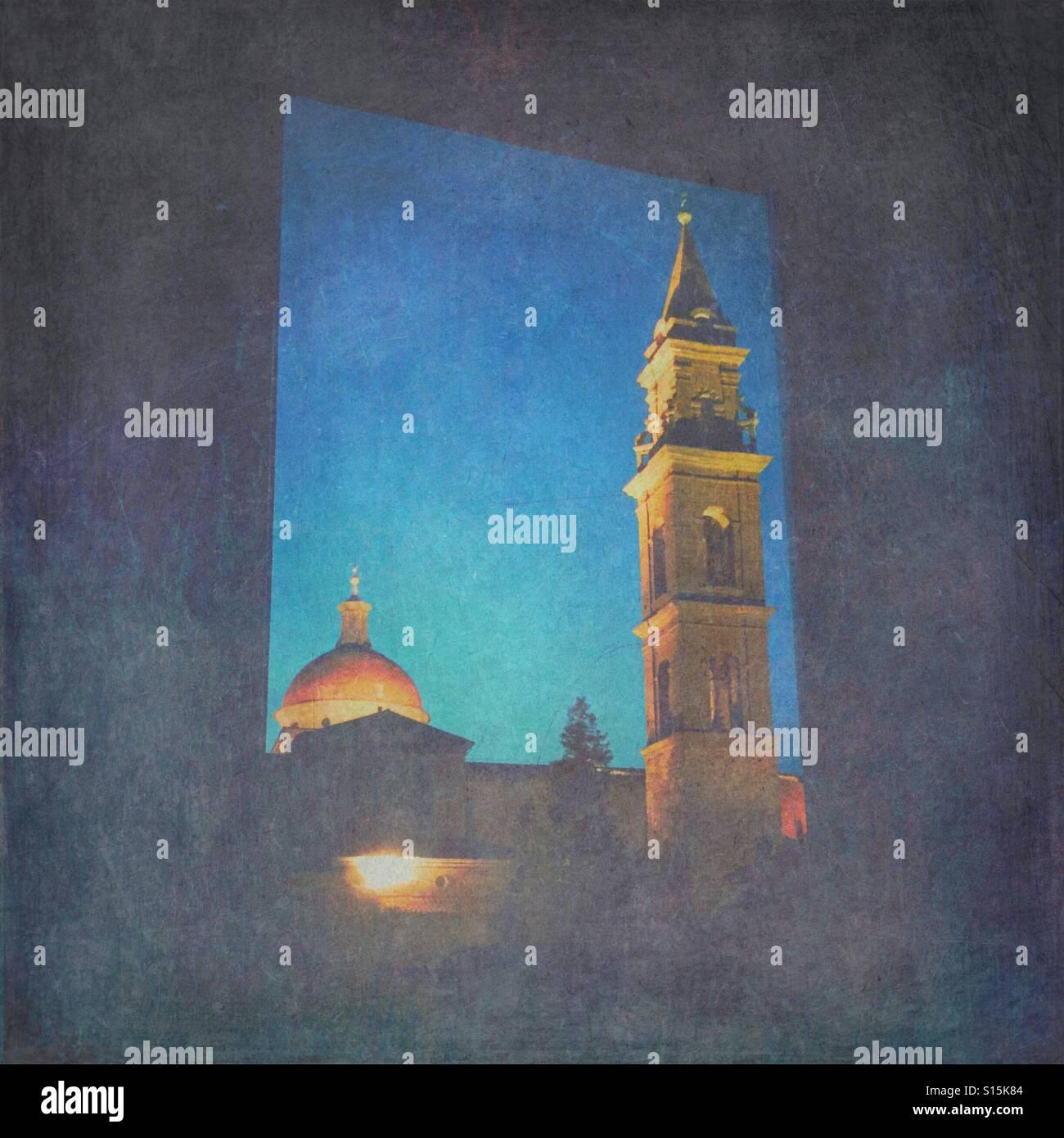 Blick auf die Basilika di Santo Spirito-Kirche in den frühen Morgenstunden während der blauen Stunde, durch Fenster gesehen. Vintage-Papier Textur-Overlay. Stockfoto