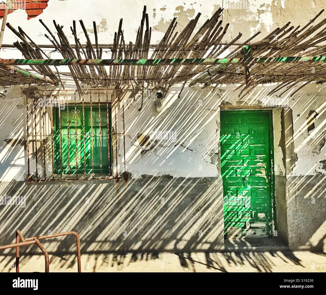 au enseite der wohnung mit gr nen t r und gr ne fensterl den gitterfenster von overhead bambus. Black Bedroom Furniture Sets. Home Design Ideas