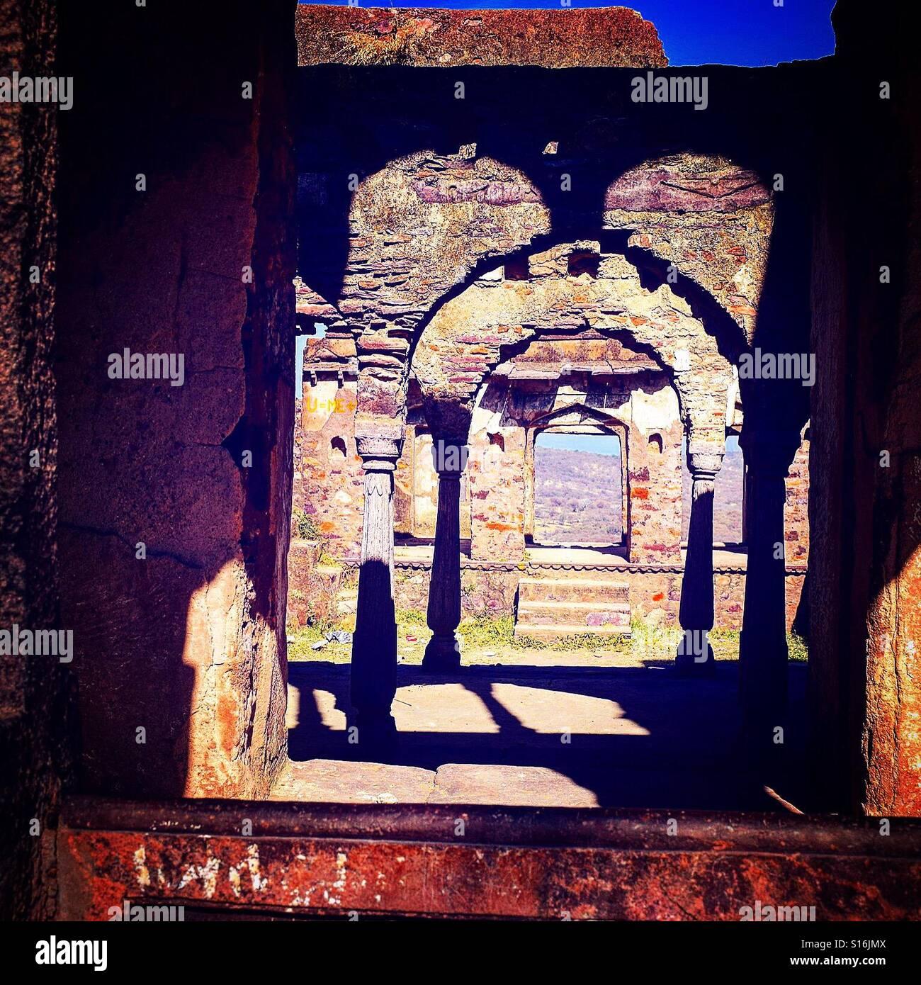 Schöne Mischung aus Bögen, Korridore und Schatten Stockbild