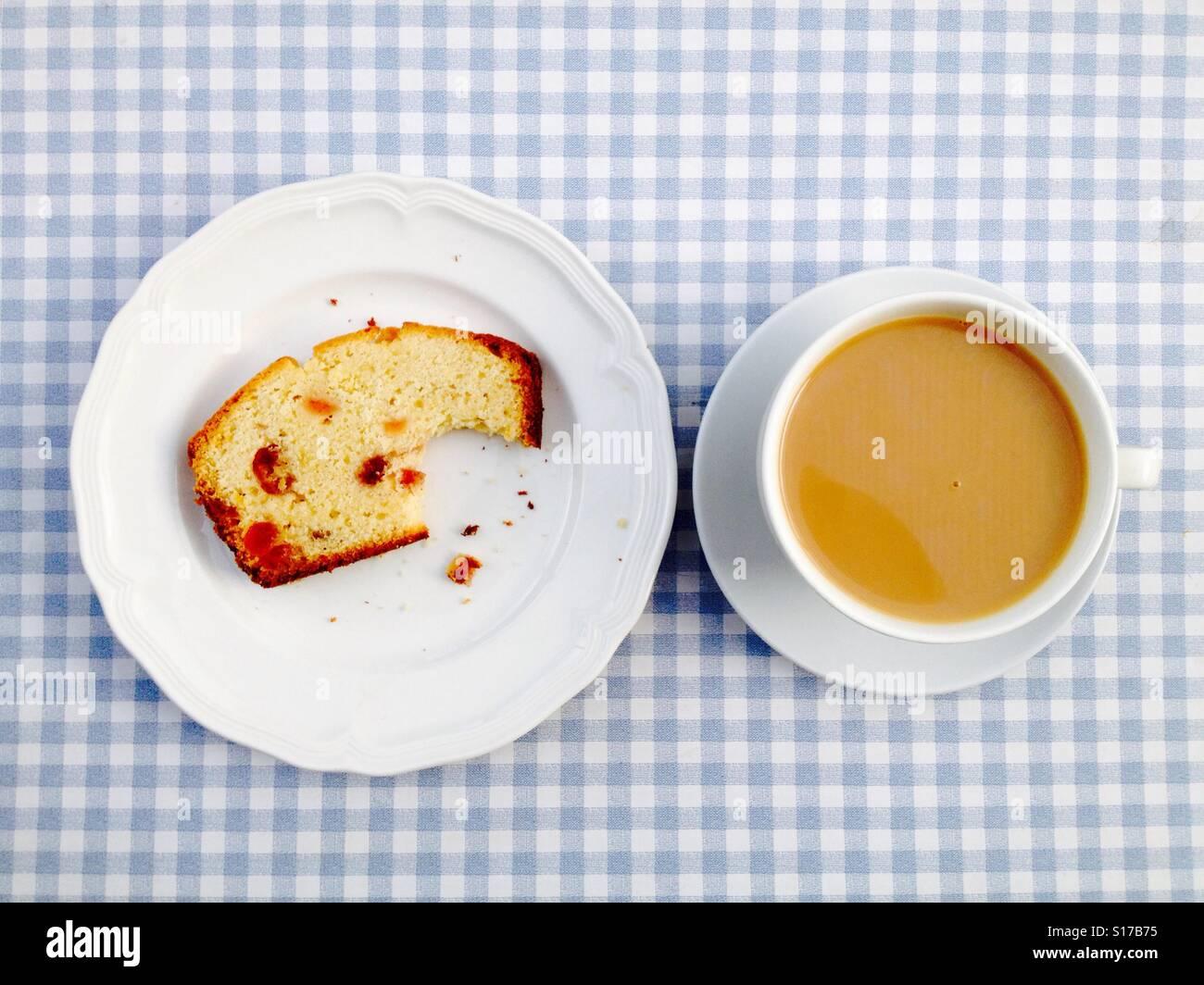 Kirsch Kuchen und eine Tasse Tee Stockbild