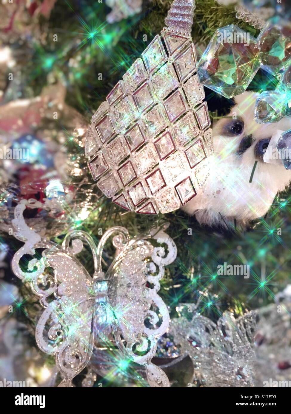 Ein Hell Erleuchteter Glitzernder Weihnachtsbaum Dekoriert Mit