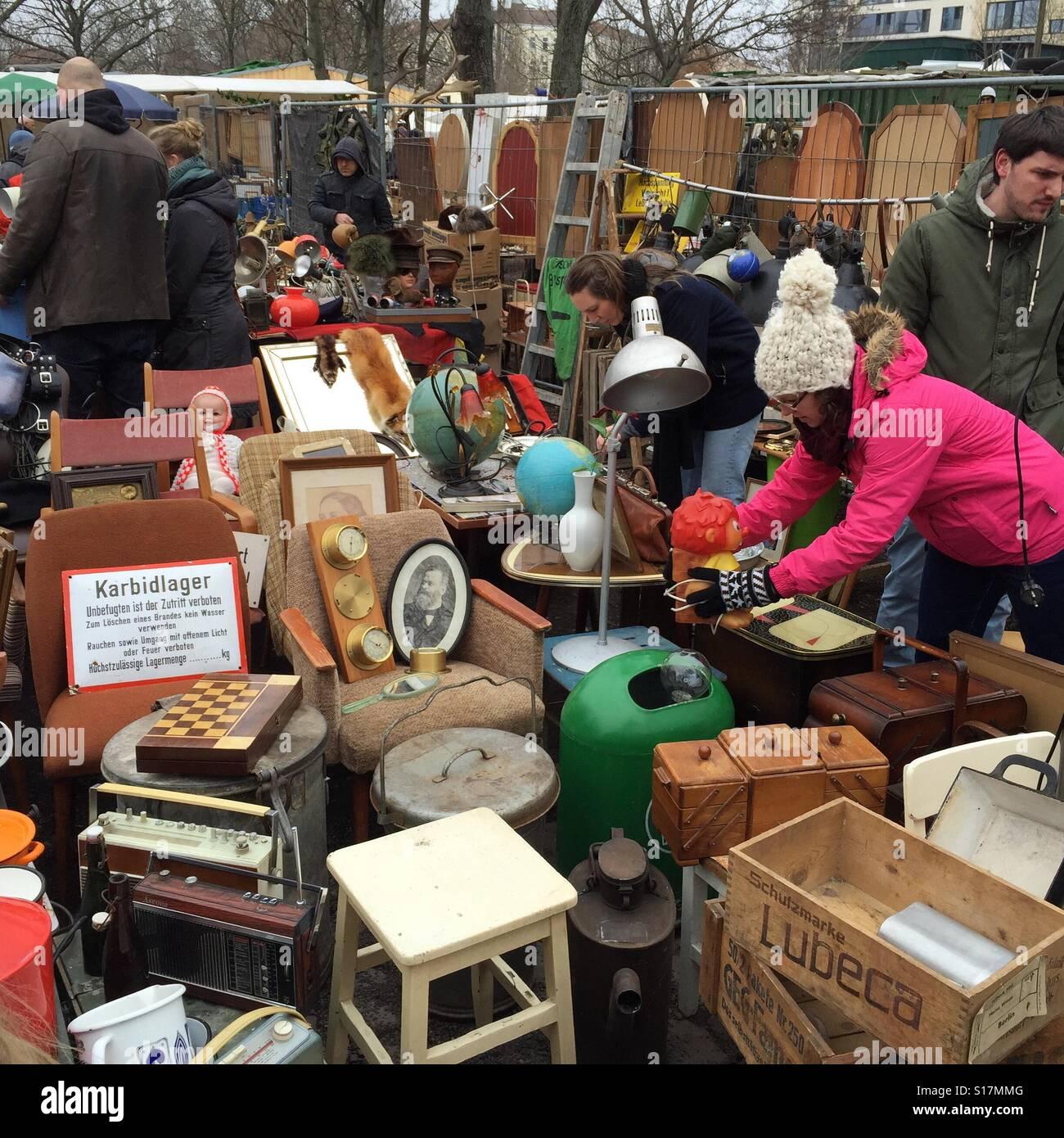 Flohmarkt Am Mauerpark Stockfotos & Flohmarkt Am Mauerpark Bilder ...