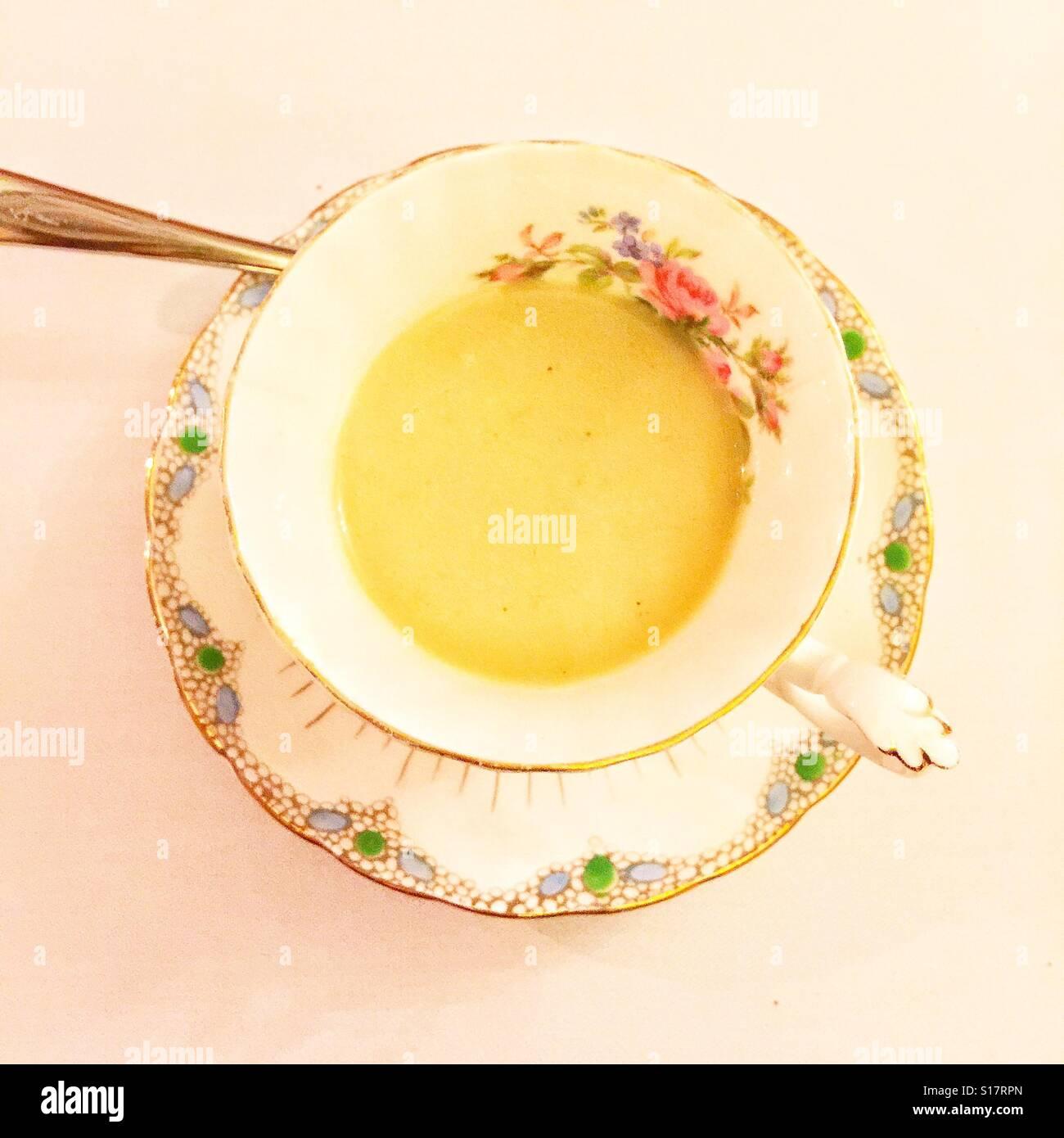 Suppe in der Tasse Stockbild