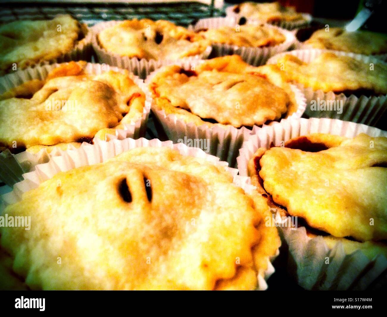 Hausgemachte Mince Pies in eine Kühlung Kühlung rack nur den Ofen verlassen. Stockfoto
