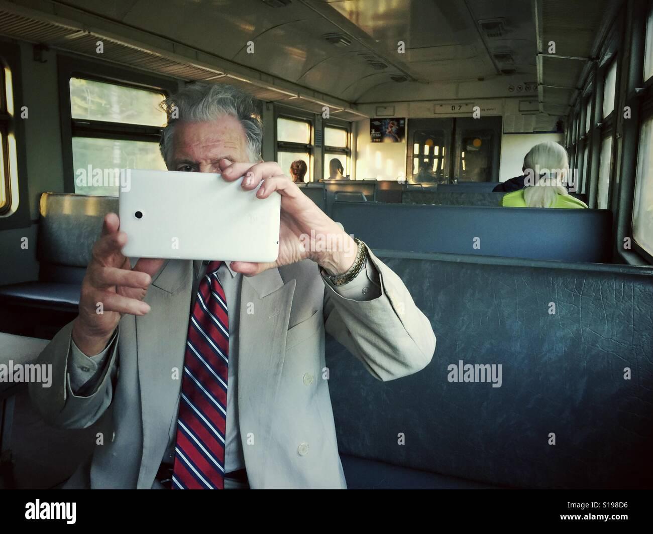 Mann, der ein Foto mit einem Tablet auf einen Zug in Russland Stockbild
