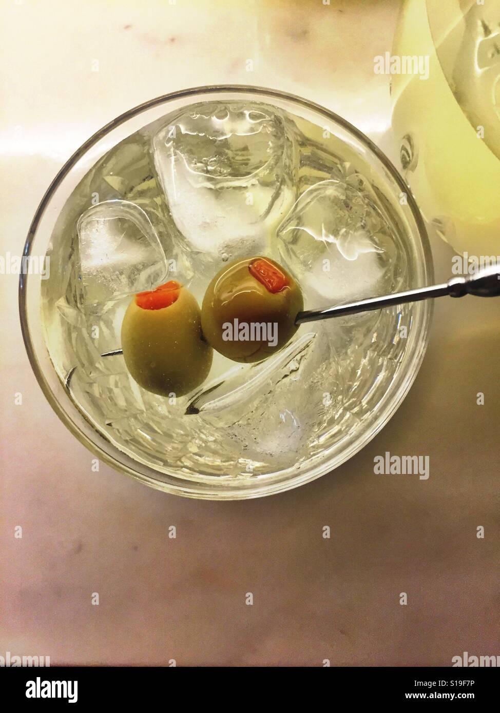 Martini cocktail auf den Felsen mit zwei Oliven Stockbild