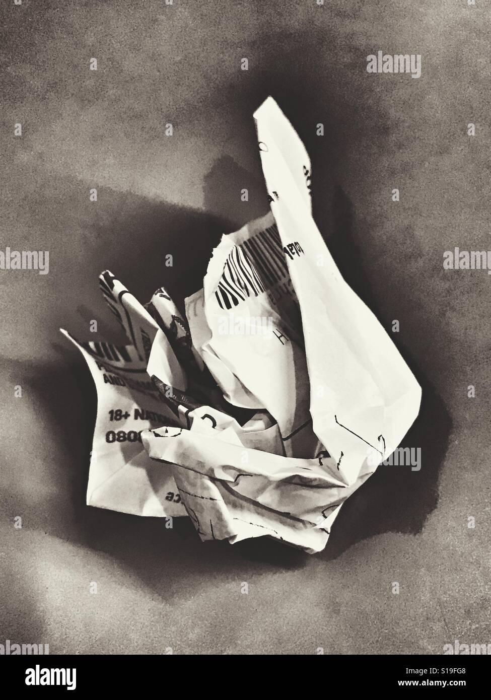 Ein zerknittertes verlieren Wettschein in schwarz / weiß Stockbild