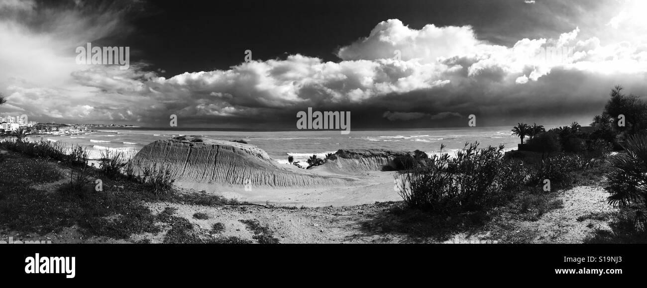Bewölkter Himmel und Mittelmeer. Panorama-Blick. Schwarz und weiß. Spanien Stockbild
