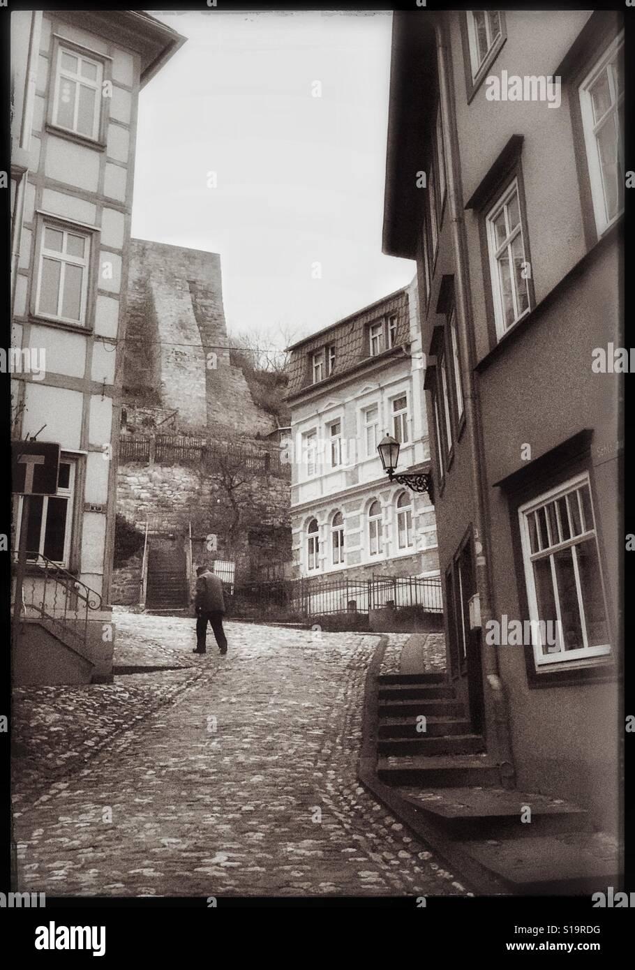 Mann zu fu auf den weg alte architektur deutschland europa schwarz wei foto stockfoto - Deutsche architektur ...