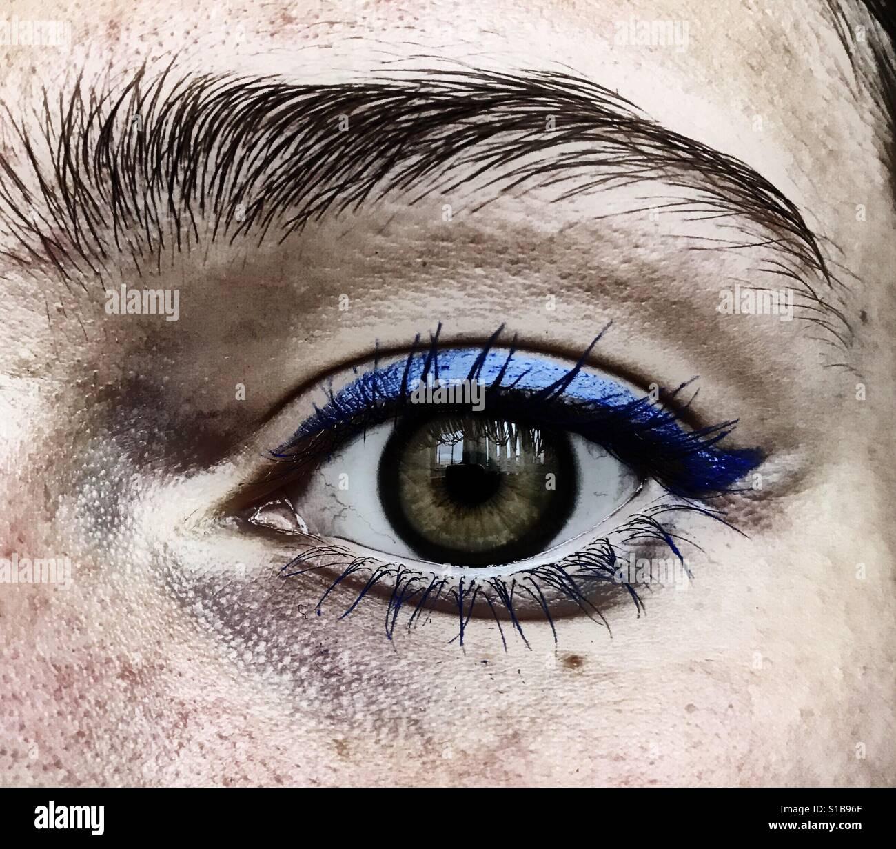 Eine Nahaufnahme des Auges mit einigen blauen Eyeliner Stockbild
