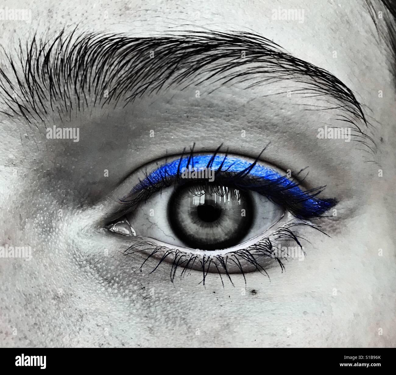 Schwarz / weiß Nahaufnahme eines Auges mit blauen eyeliner Stockbild
