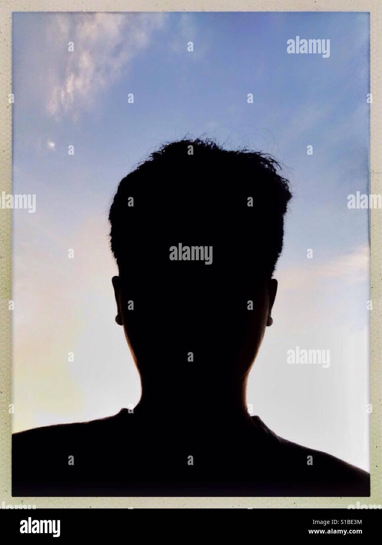 Silhouette anonyme Mann Gesicht im Rahmen mit Himmelshintergrund ...