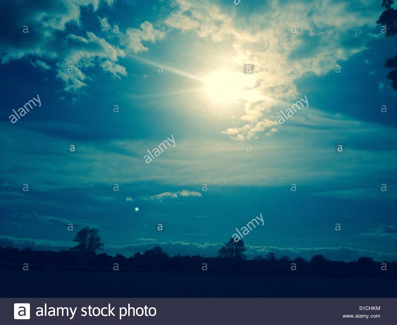 Sonne und Mond am Himmel an einem sommerlichen Tag. Stockfoto