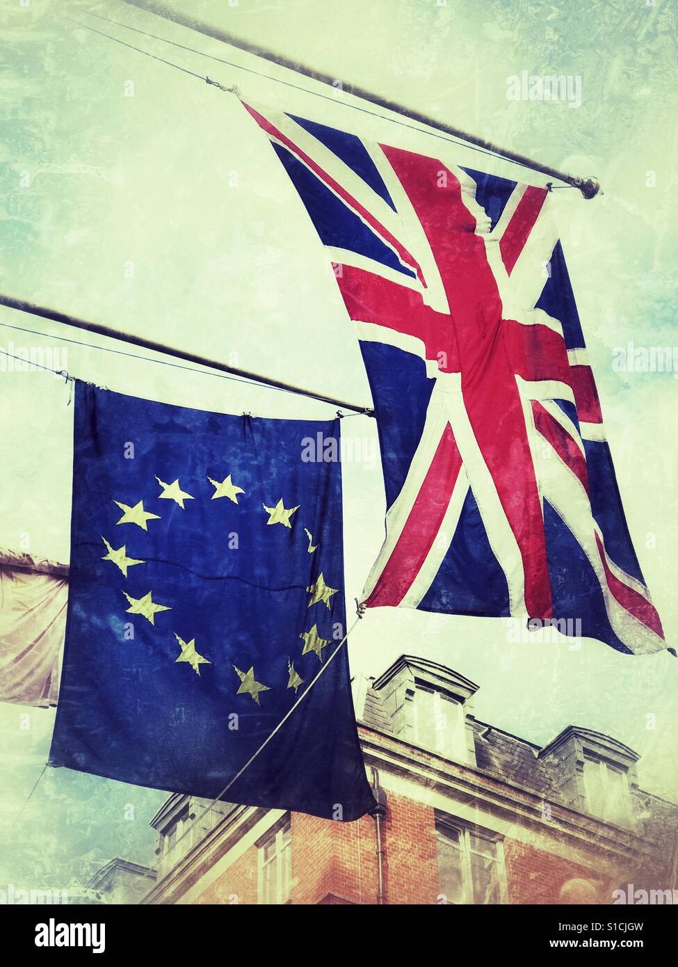 Der Union Jack & der Europäischen Union Fahnen nebeneinander. Stockbild