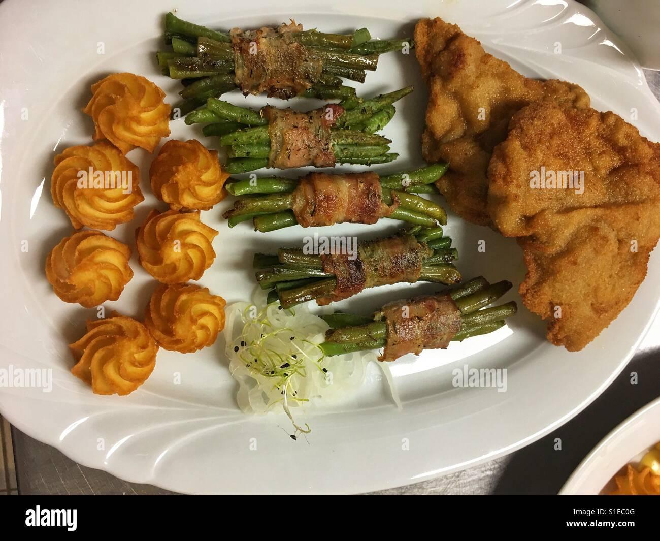 Großer Teller Mit Schnitzel Grüne Bohnen In Speck Mantel Und