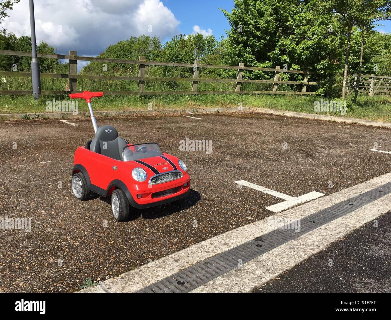 Einsame Kinder Mini, auf mysteriöse Weise in einen großen Parkplatz links Stockbild