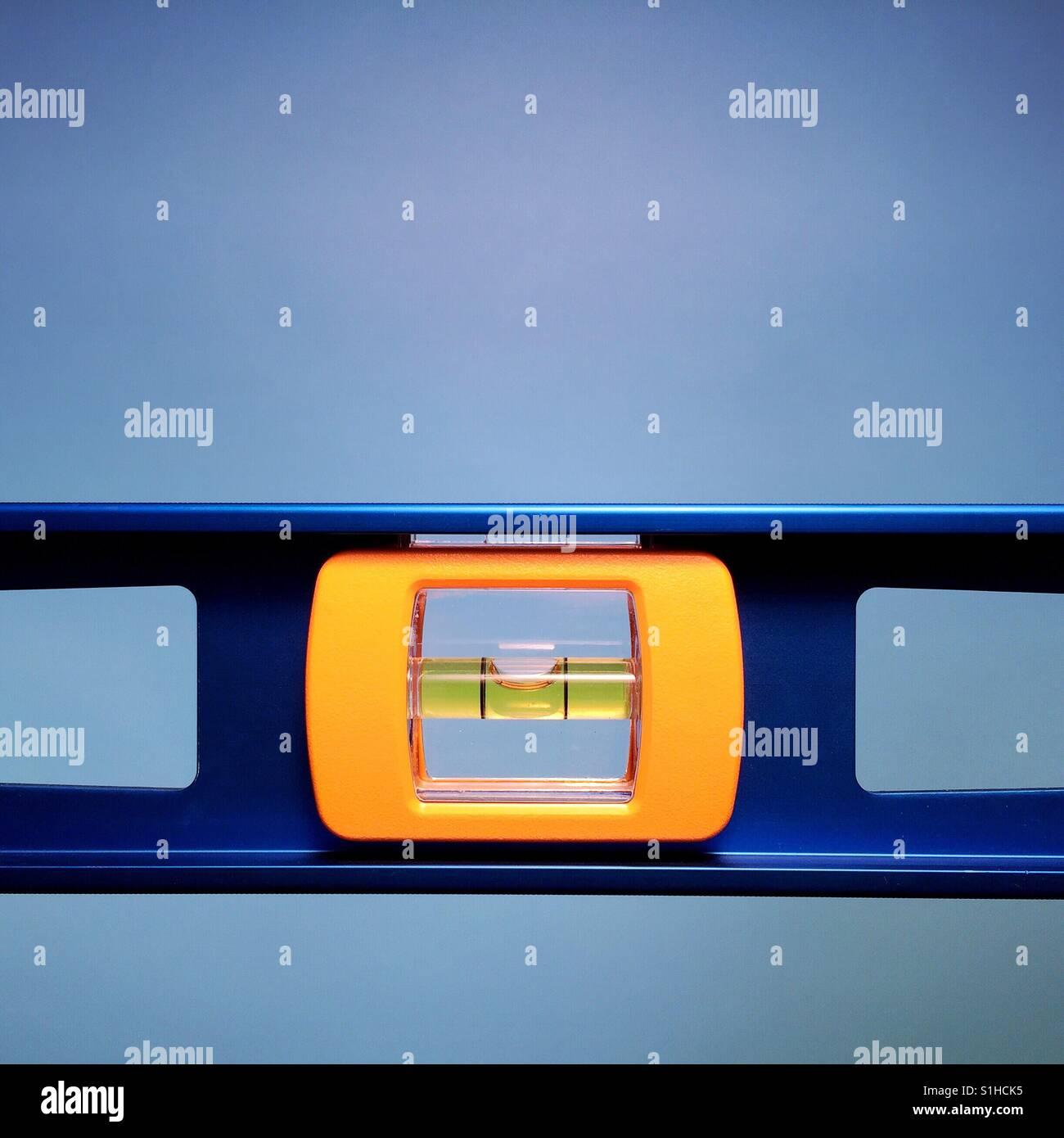 Eine Nahaufnahme von einer Wasserwaage auf blauem Grund Stockbild