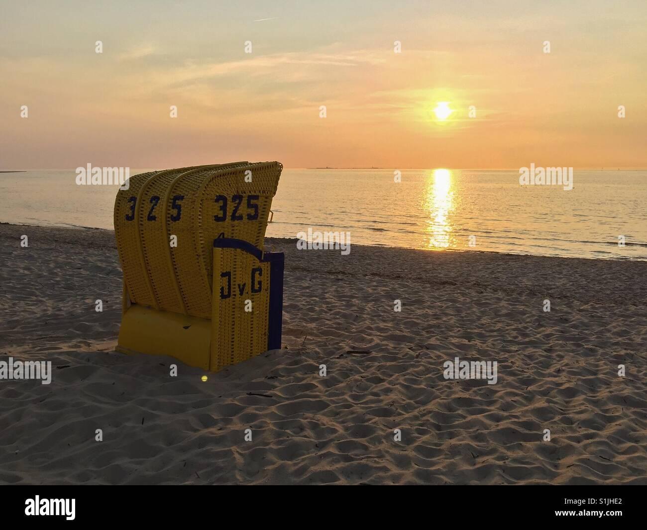 Strandkorb sonnenuntergang  Strandkorb bei Sonnenuntergang am Strand von Duhnen in der Nähe von ...