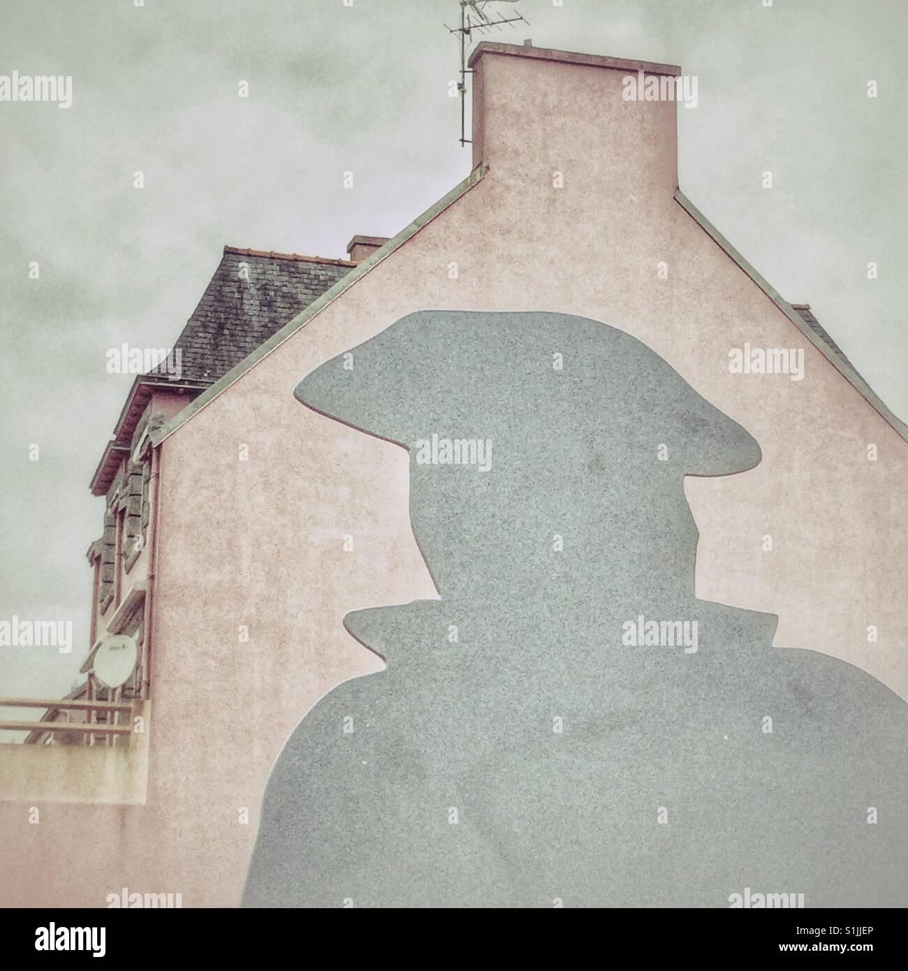 Eine Figur, die das Tragen einer Mütze und einem rosa Haus im Brittany France Stockbild