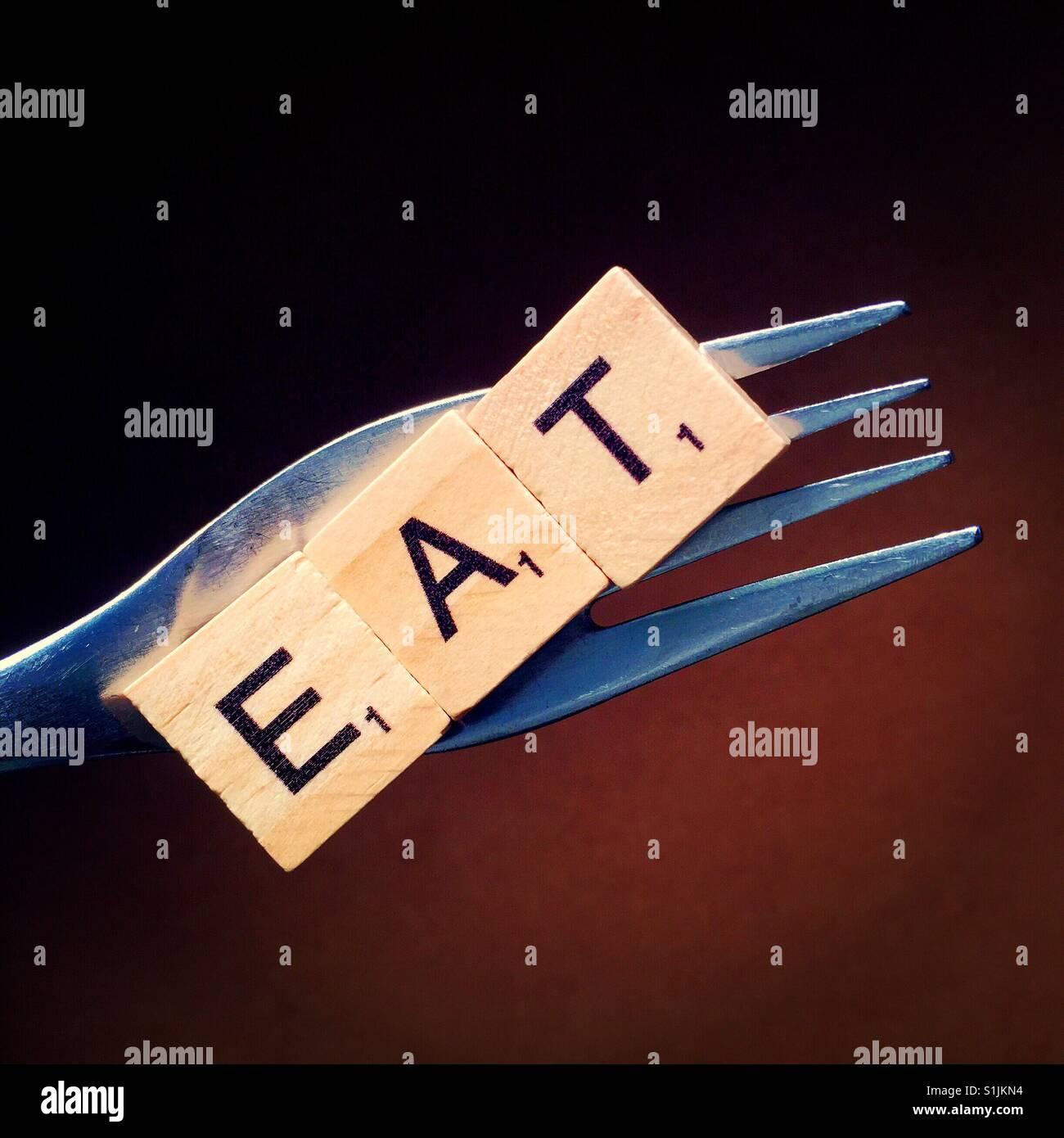 Nahaufnahme einer Gabel mit Briefen Rechtschreibung Essen drauf Stockbild