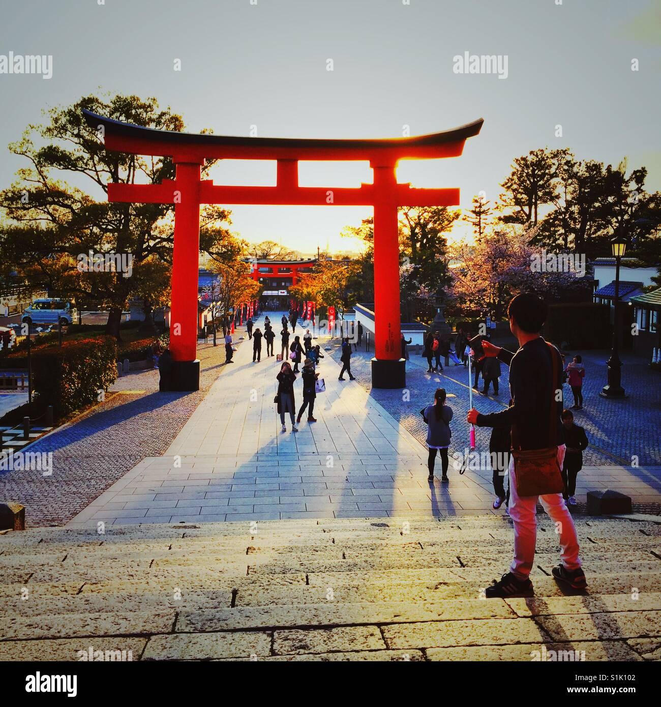 Sonne schafft lange Schatten in Kyoto Stockbild