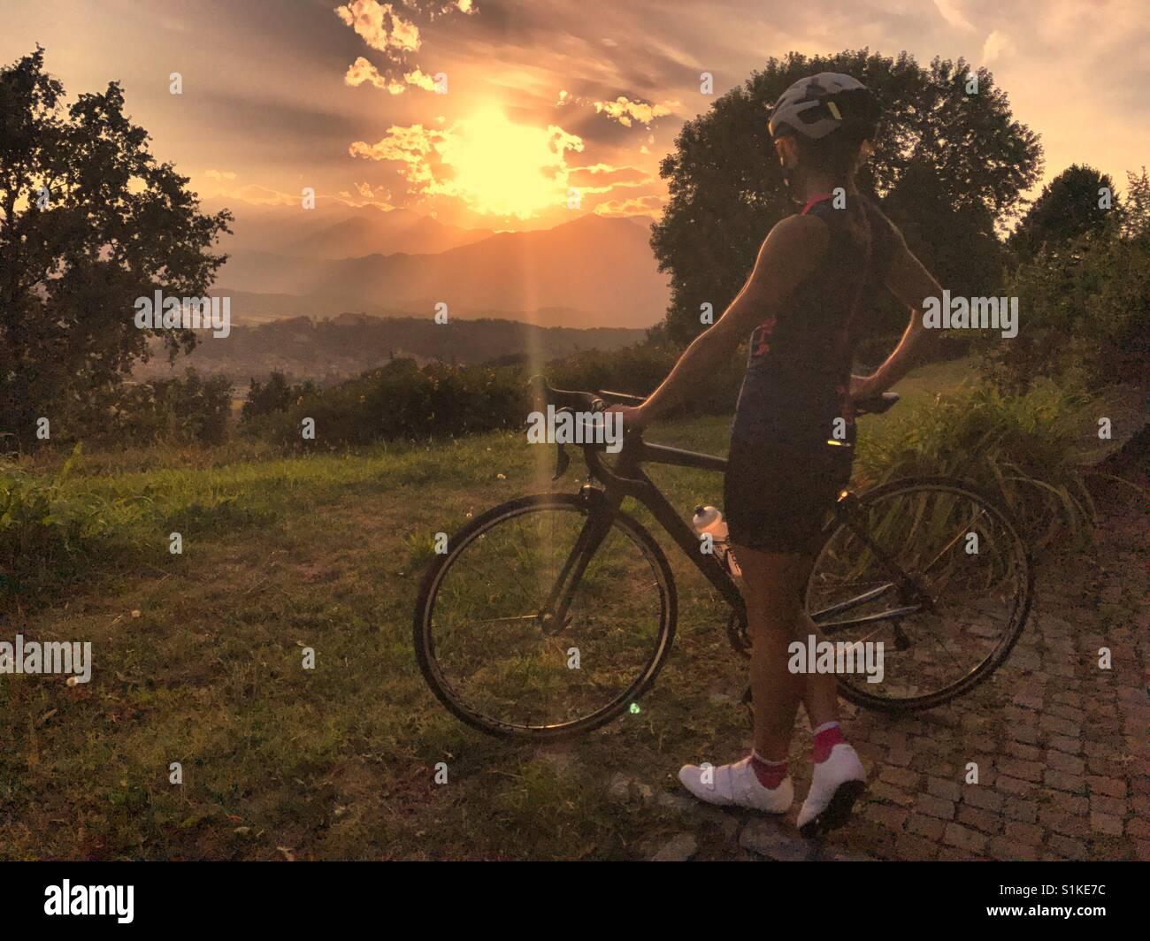 Sommer Radfahren bei Sonnenuntergang Stockbild