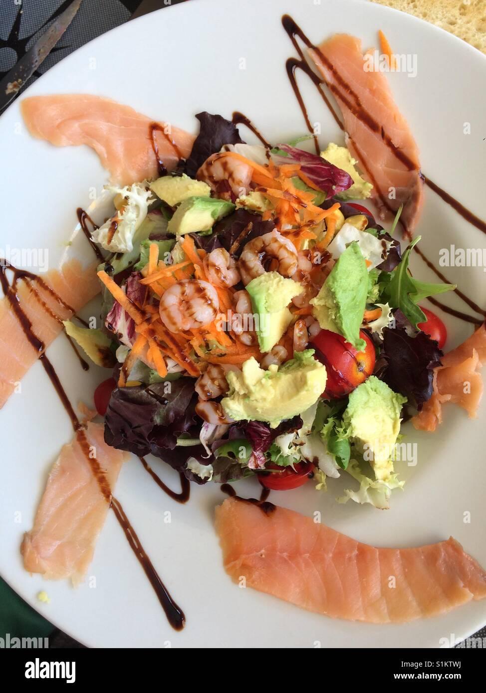 Salat mit Garnelen und Lachs Stockbild