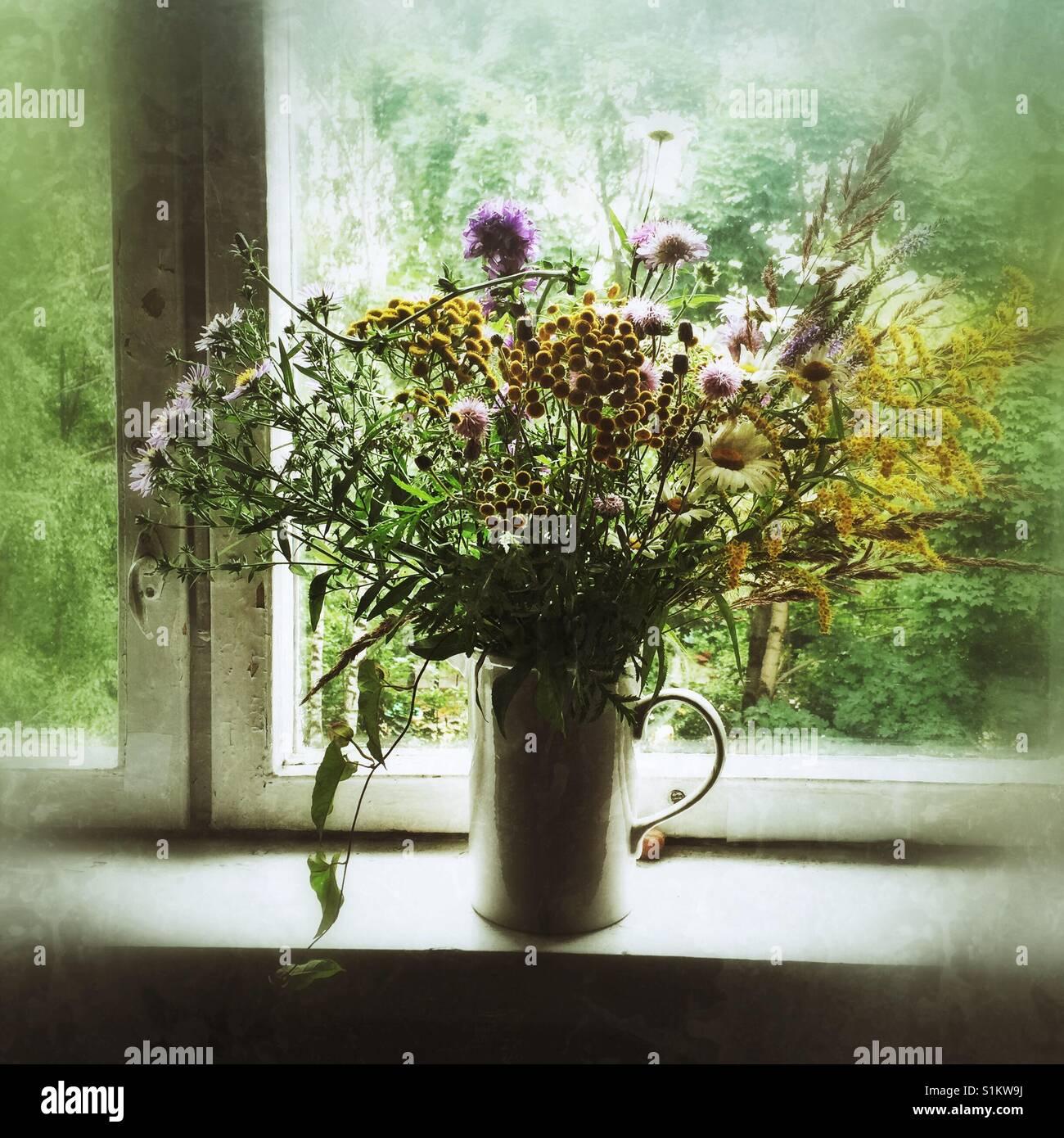 Bouquet von wilden Blumen auf Fensterbänken Stockbild