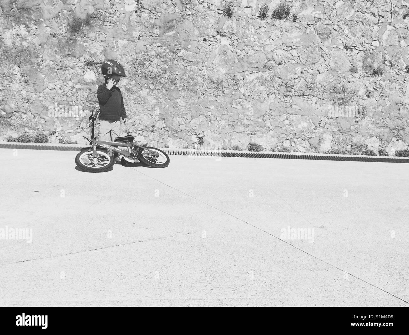 Vorschüler lernen, Fahrrad zu fahren. Stockbild