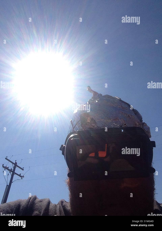 Warten auf die Eclipse und Ausländer mit Alufolie hat Stockbild