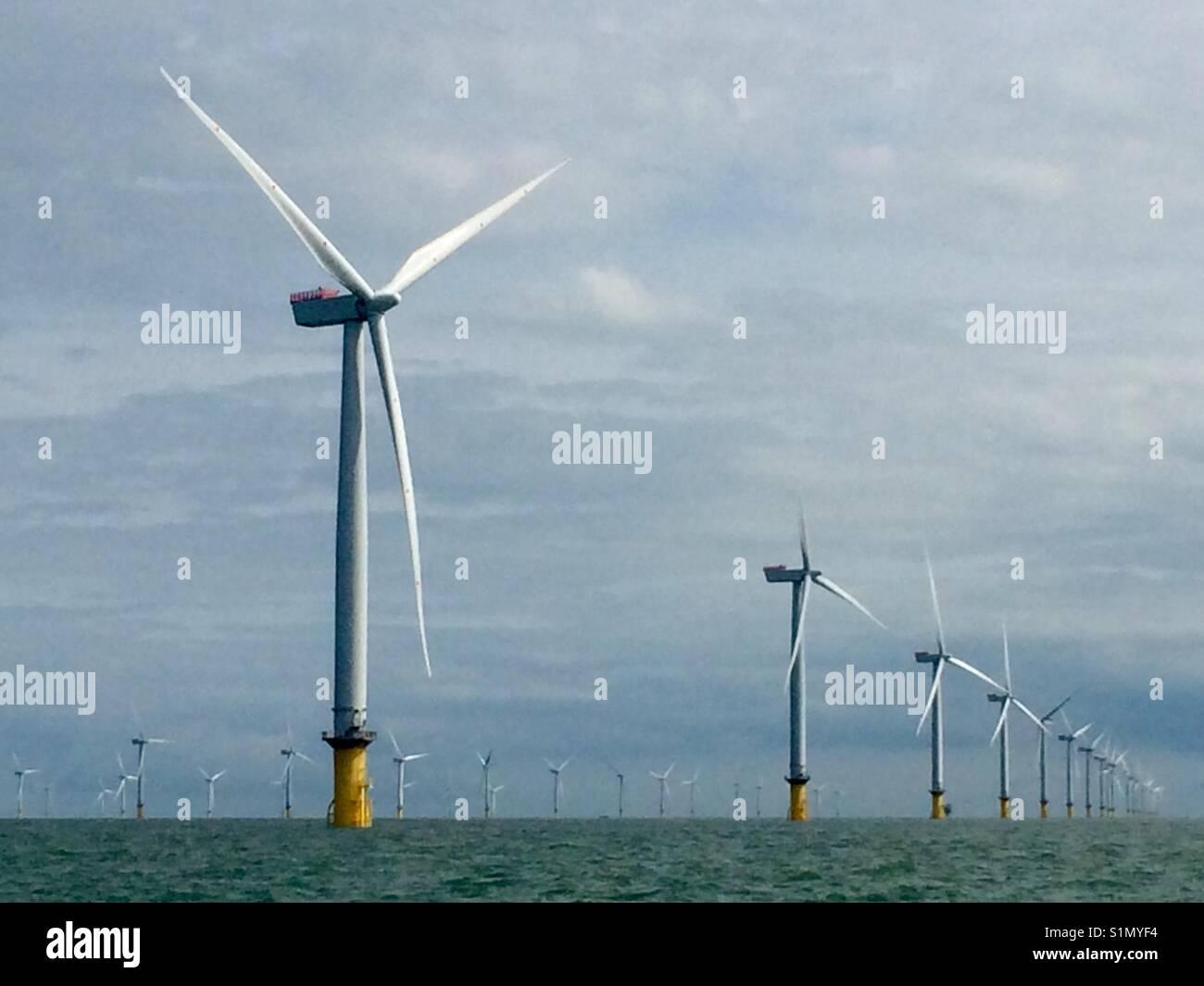 Windenergieanlagen in einem Windpark Stockbild