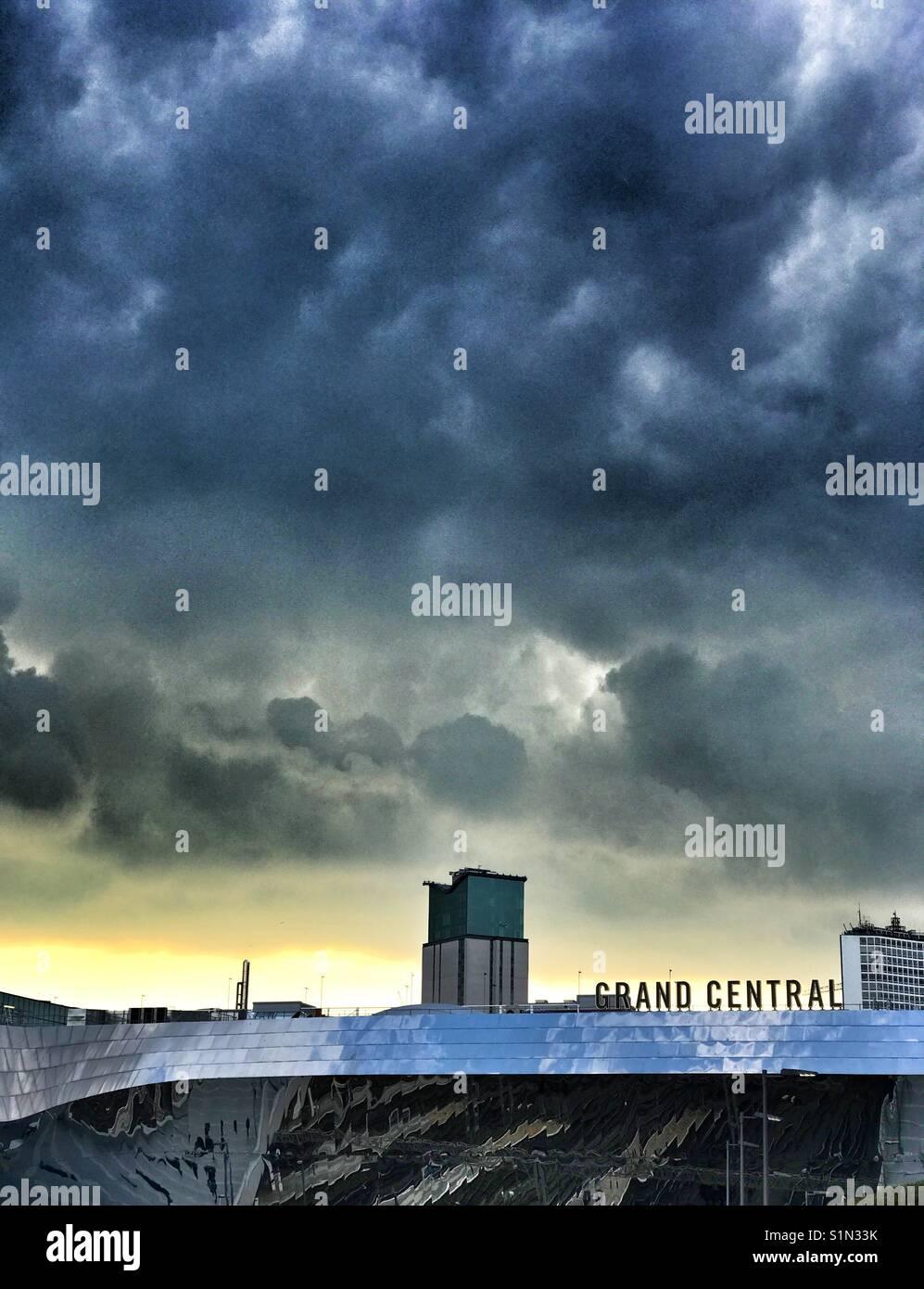 Dunkle Wolken über der Grand Central Station, Birmingham, Großbritannien Stockbild