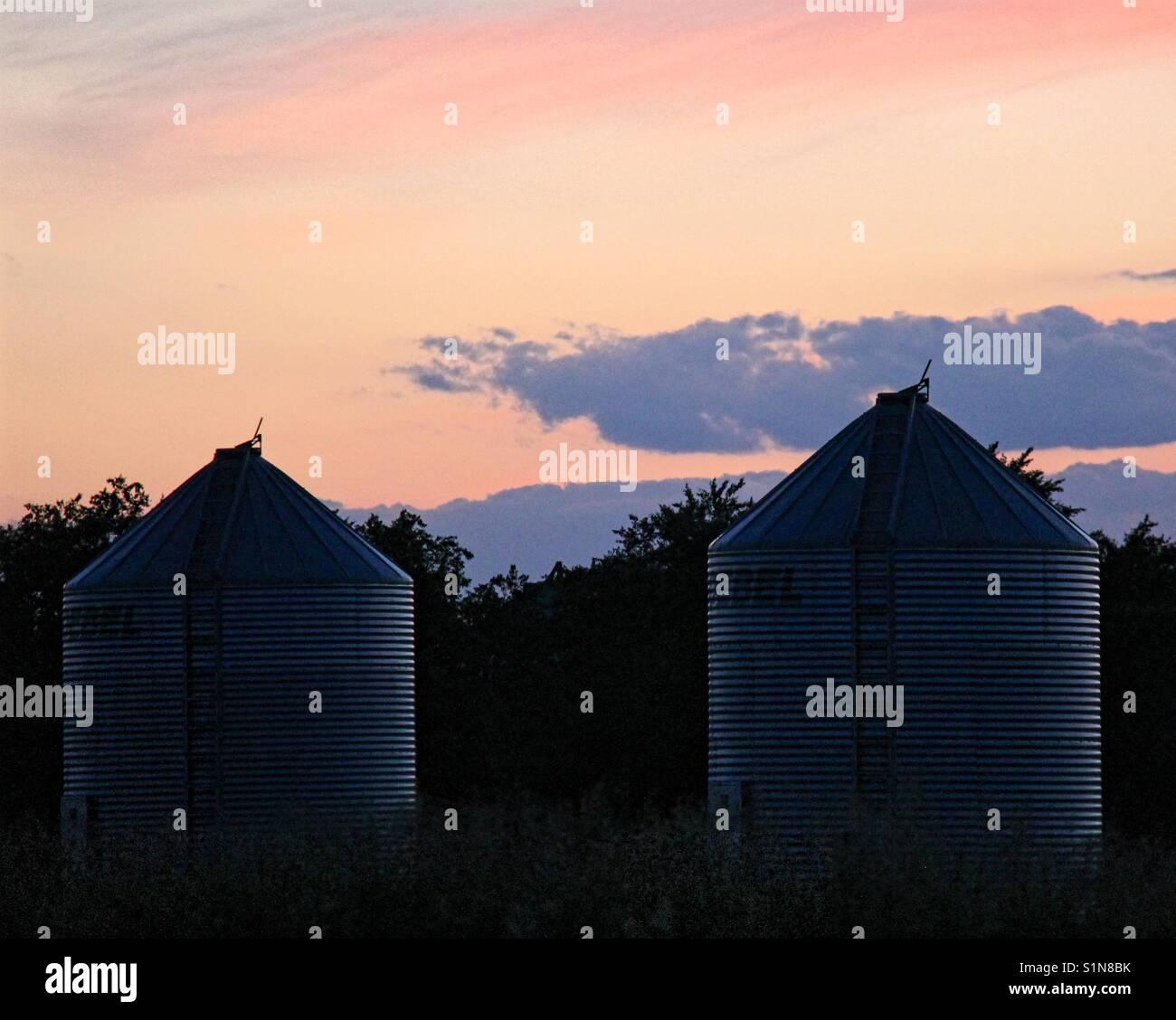 Korn bins bei Sonnenuntergang Stockfoto