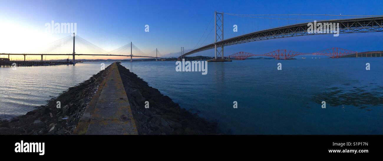 Am Abend Blick auf die drei großen Brücken überqueren den Fluss Forth in Schottland, Vereinigtes Königreich. Neue Stockfoto