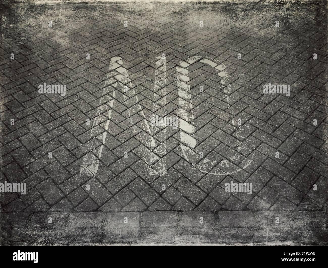 """Das Wort """"NO"""", auf dem Bürgersteig lackiert Stockbild"""