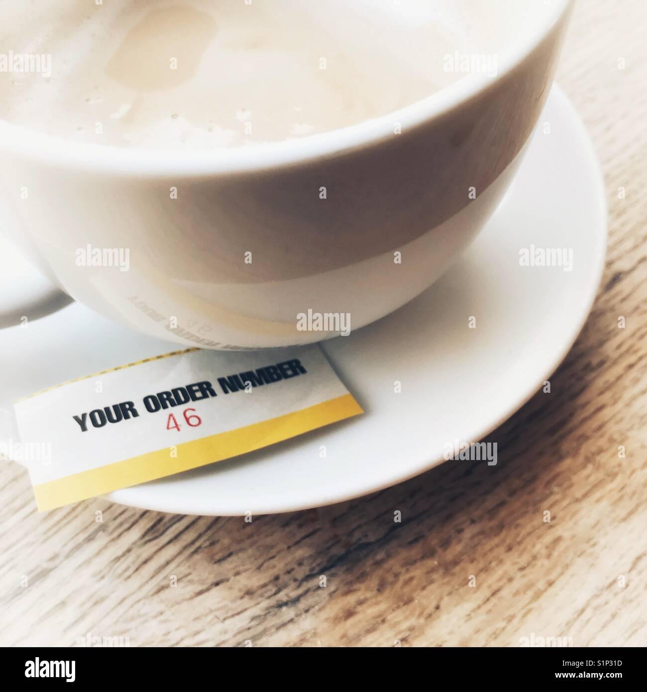 Tasse Kaffee mit Ticket bestellen Slip Stockbild