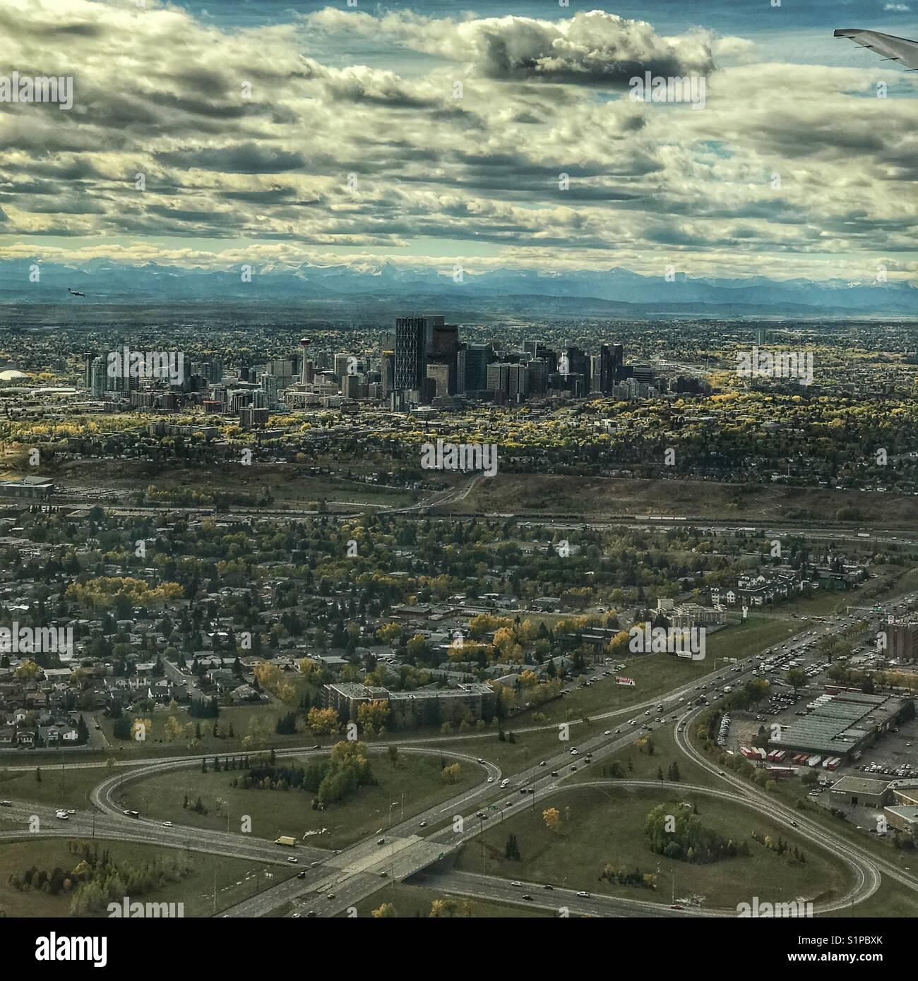 Kern der Innenstadt der Stadt Calgary, mit felsigen Bergen im Hintergrund, wie man es von einem Flugzeug über Stockbild