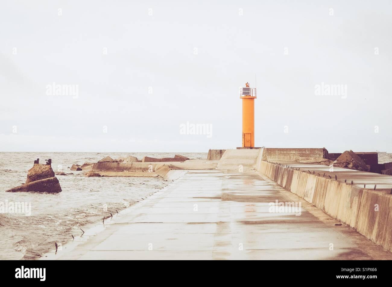 Ein Leuchtturm der Ostsee Mole. Stockfoto