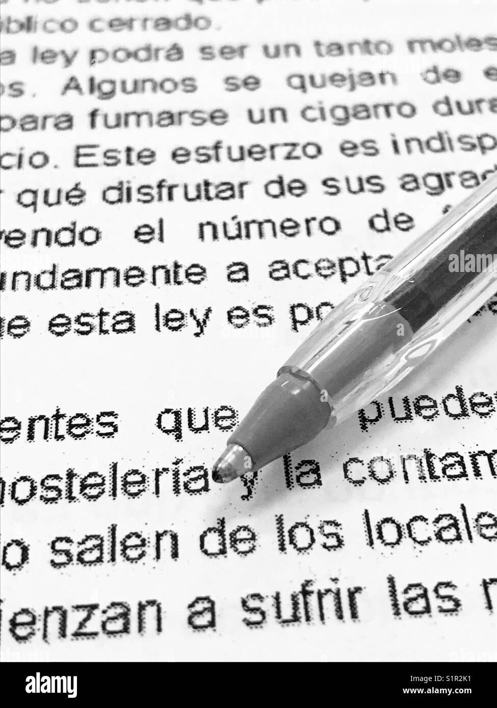 Pen auf der Buchseite. Ansicht schließen. Stockbild