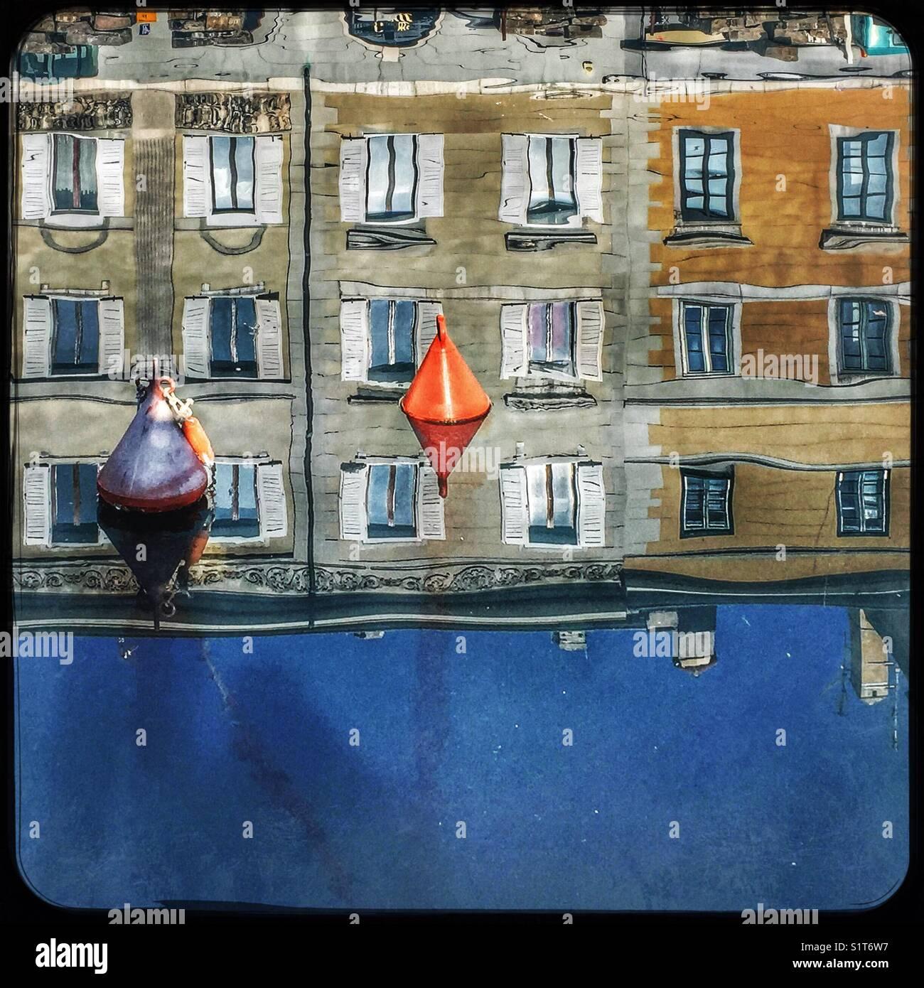 Reflexionen der Häuser im Wasser - Canal Grande, Triest, Italien Stockbild
