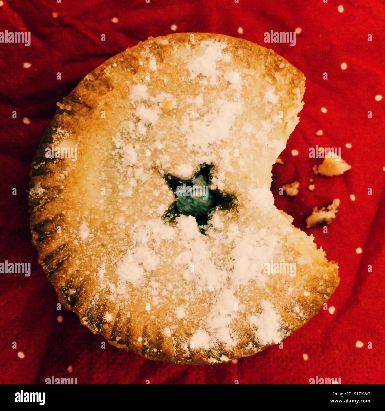 Ein Weihnachten Mince Pie mit einem Bissen genommen Stockbild