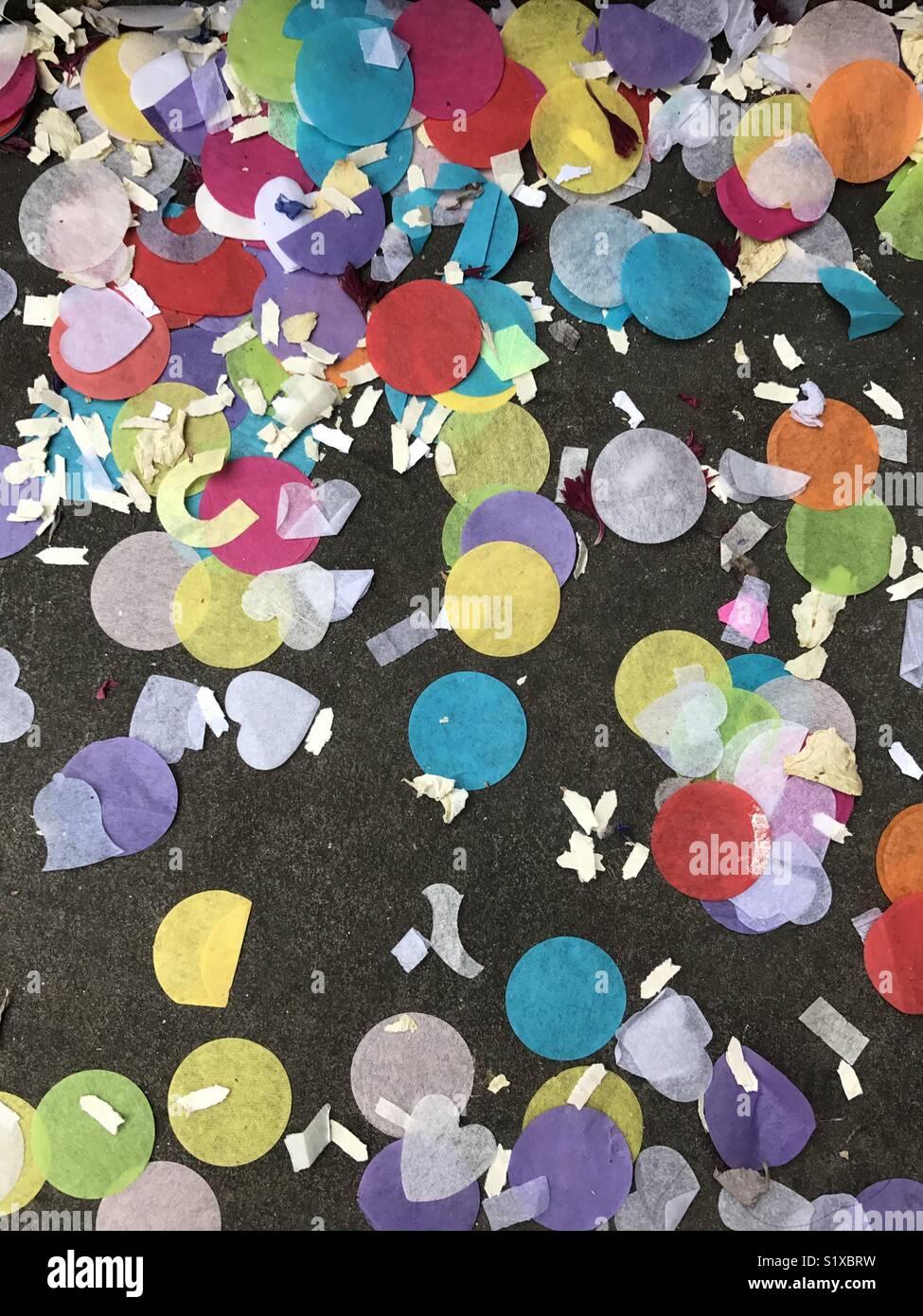 Konfetti auf einer Straße Stockbild