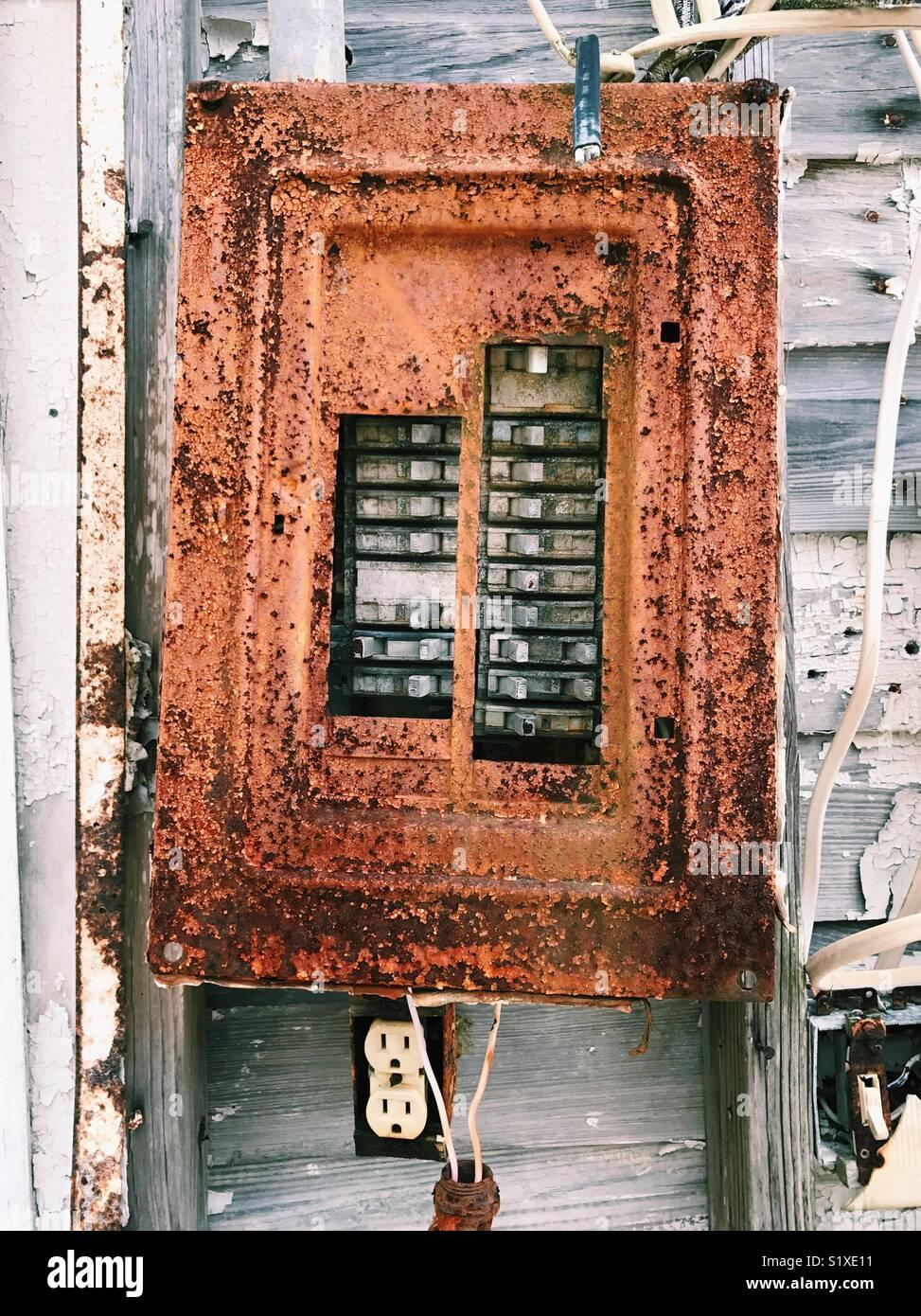 Rostige alte elektrische Leistungsschalter, außen an einem ...